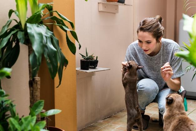 彼女の猫と遊んでいる女性