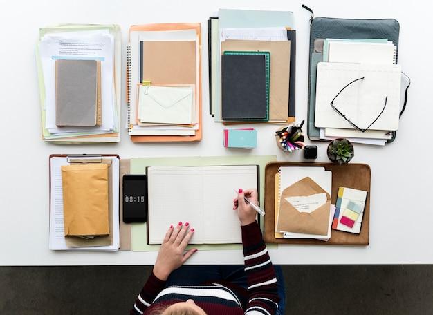 ノートブックでオフィスデスクで作業する手