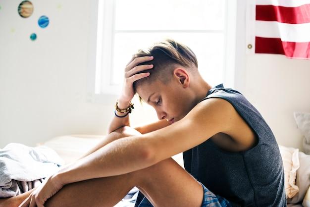 うつ病の情動不安の表情で座っている男