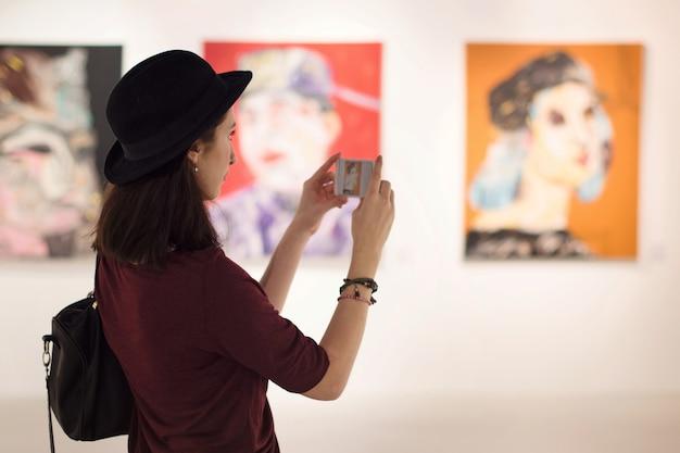 女性訪問アートギャラリーライフスタイルコンセプト