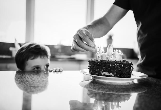ケーキで彼の誕生日を祝う少年
