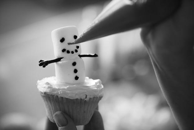 マシュマロの雪だるまクリスマスカップケーキ