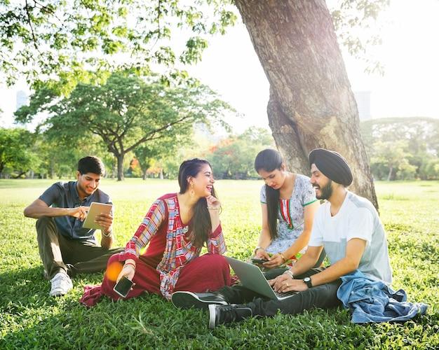 インド人のグループは、コンピュータのラップトップを使用しています