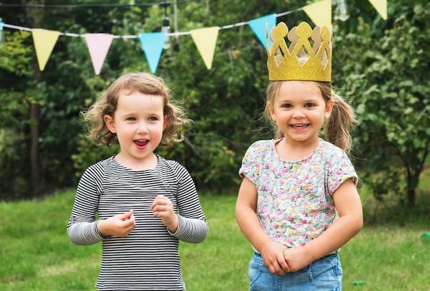 パーティーで幸せな子供たち