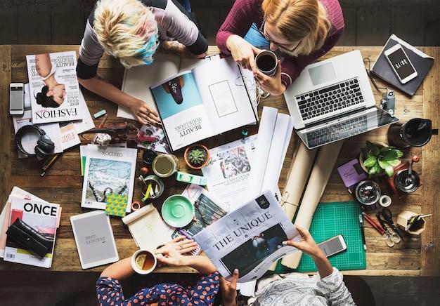 Коллеги, работающие на столе