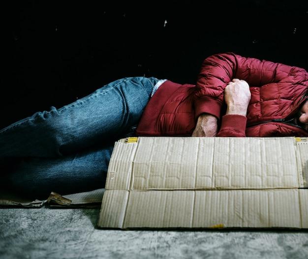 寒い中で眠っているホームレスの男