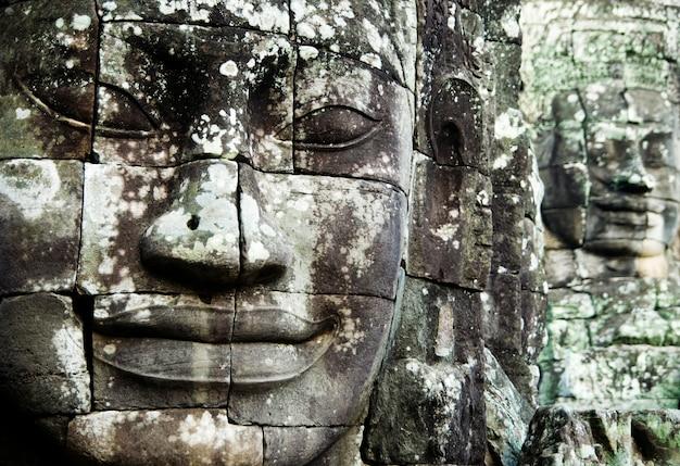仏はアンコール・トム、シェムリアップ、カンボジアに直面しています