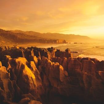 Пейзаж горного утеса у берега моря природа сценический