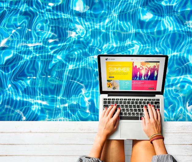 コンピュータのラップトップを使用して女性