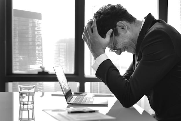 ストレスの若いビジネスマンの過労