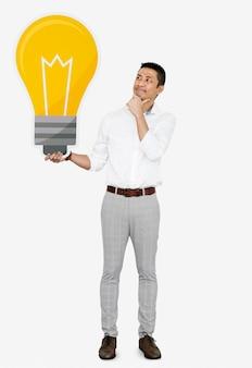 電球のアイコンを持つ思いやりのある男