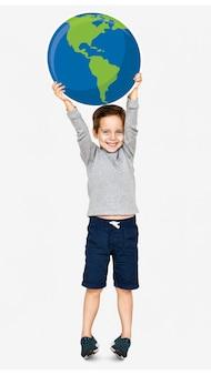 地球のアイコンを持っている幸せな少年