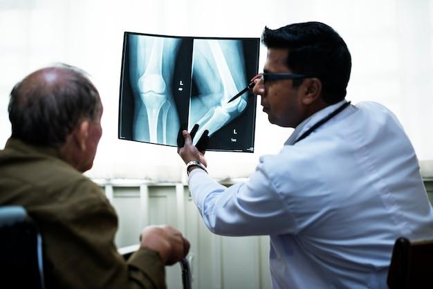 Врач с рентгеновской пленкой пациента