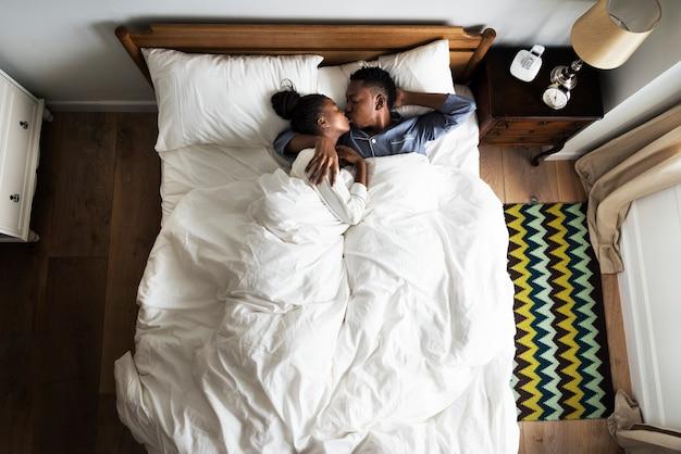 Прекрасная афроамериканец пара, прижимаясь в постели