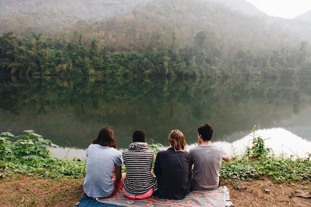 自然を楽しむ友人のグループ