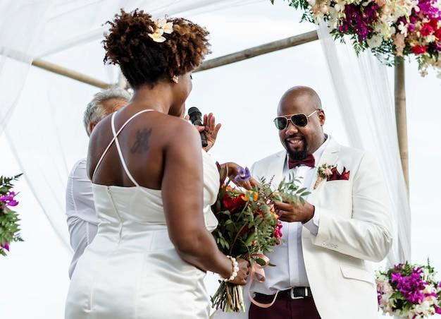 熱帯の島で結婚式の幸せな花嫁と新郎
