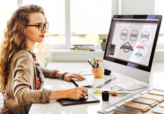 女性デザイナーのインテリア作業用ワークスペースのコンセプト
