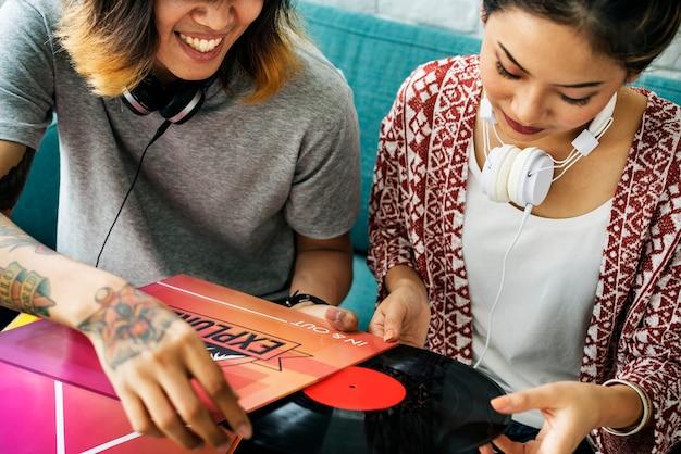 Азиатская пара наслаждается музыкой