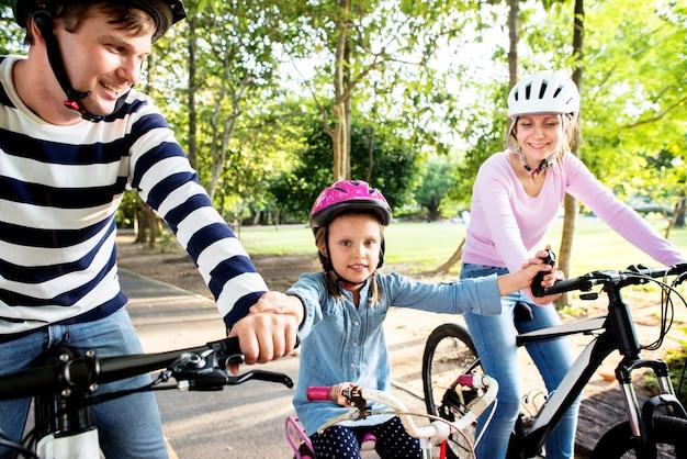 公園で自転車に乗る家族