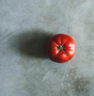 灰色の背景に赤い家宝トマト