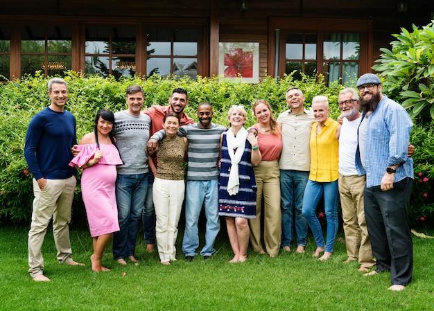 写真を一緒に撮っている多様な友人のグループ