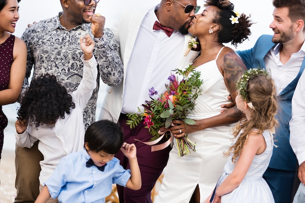 熱帯の島で結婚式で幸せな花嫁と新郎