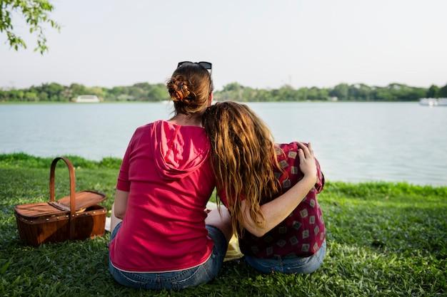 母と娘が公園にピクニックをしている