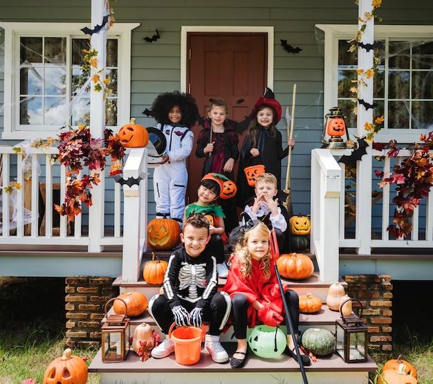 ハロウィンの衣装を着た子供たち