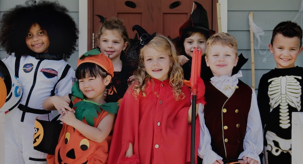 Маленькие дети обманывают или лечат на хэллоуин