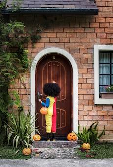 小さな女の子はハロウィンのために服を着た