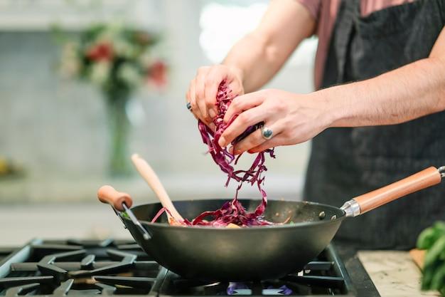 ビーガンパスタ料理を調理するシェフ