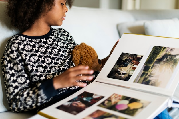 フォトブックを見ているアフリカの子供