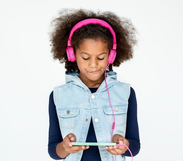 ソーシャルメディアデバイスを使用しているアフリカの子供