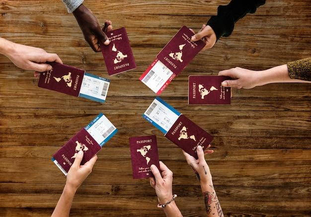 Пассажирская группа дружеской дружбы показывает паспорт с самолетом