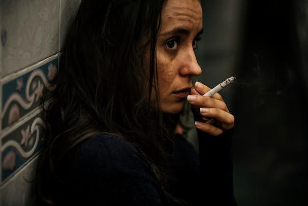 Женщина курит только сигарету
