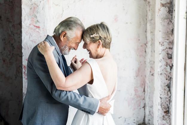 年配のカップルダンス一緒に記念日の愛