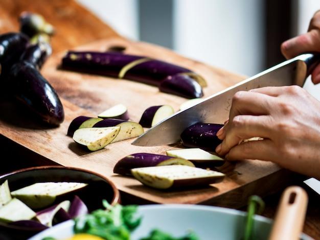 野菜をスライスする人