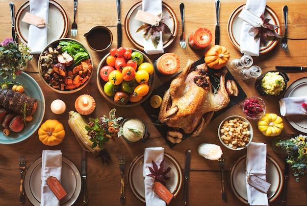 感謝祭の祝典伝統的な夕食テーブルの設定のコンセプト