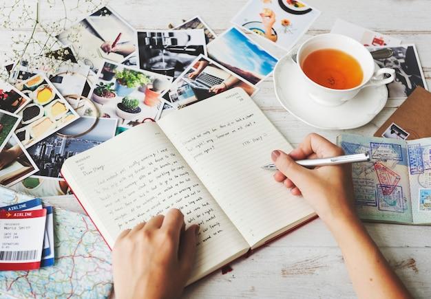 日記を書く手のクローズアップ