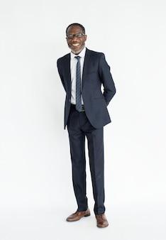 Черный деловой человек, стоящий улыбающийся портрет