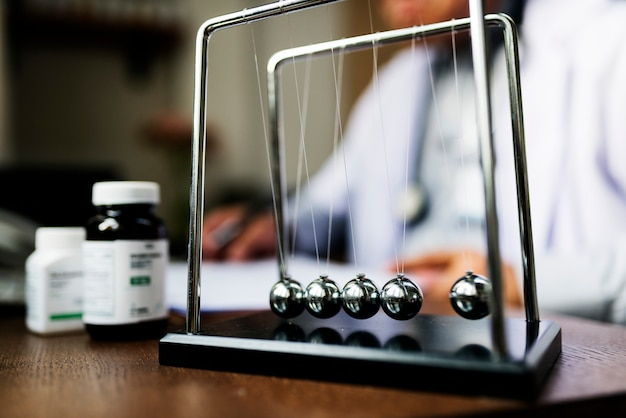 処方箋を書いている医者