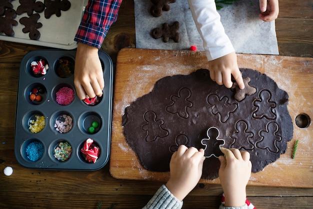 クリスマスクッキーを作る子供たち