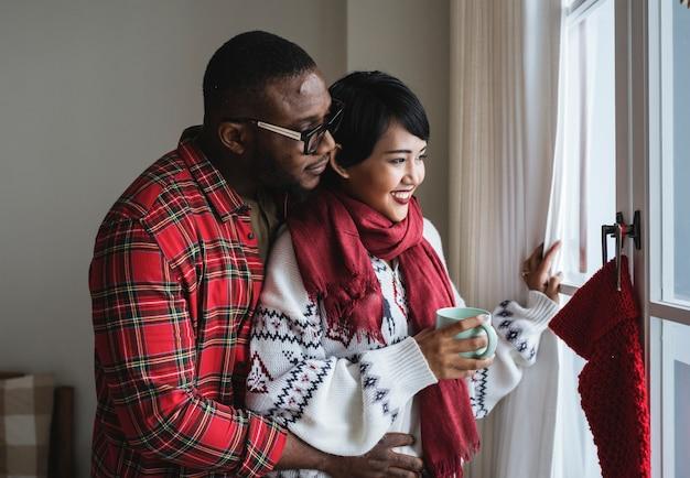 クリスマス休暇を楽しむ陽気なカップル