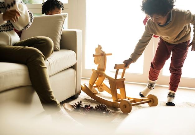 クリスマス休暇を楽しむ子供たち