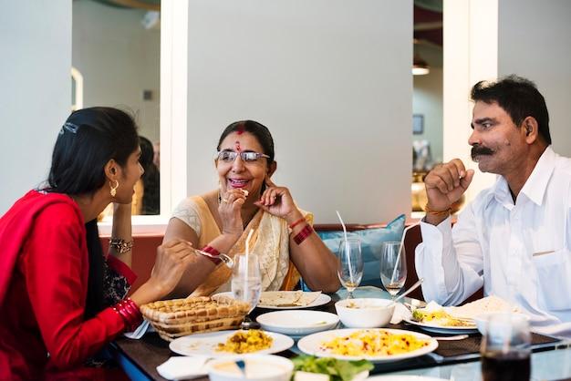 インドの食べ物を持つ家族