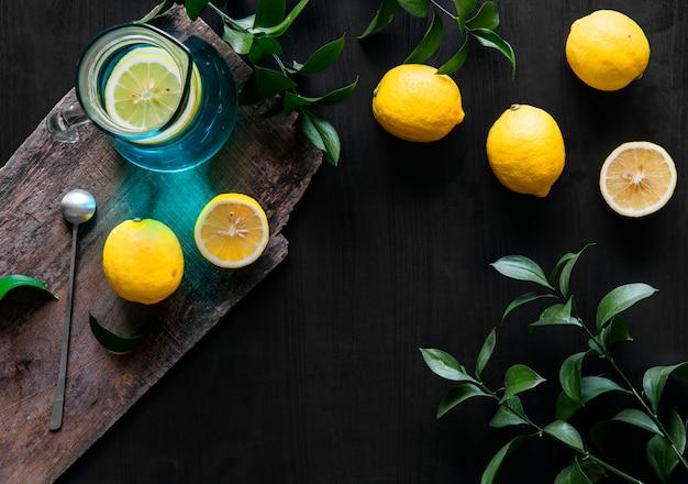 黒の背景に新鮮な黄色のレモン