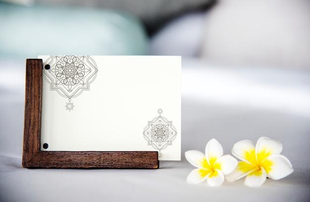 プルメリア・フラワー・モックアップ付きベッドのカード