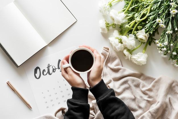 Женщина, использующая минимальный стиль календаря