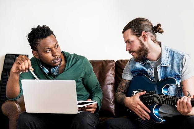 ソングライティングプロセスのコラボレーションにおけるミュージシャン