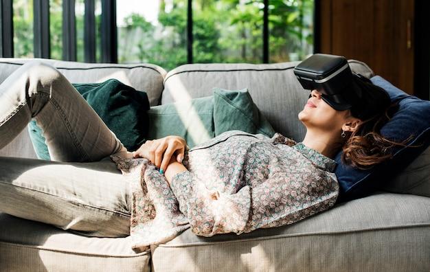 仮想現実のゴーグルを楽しむ人々